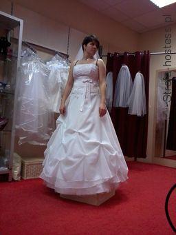 przed sesją w sklepie z sukniami ślubnymi